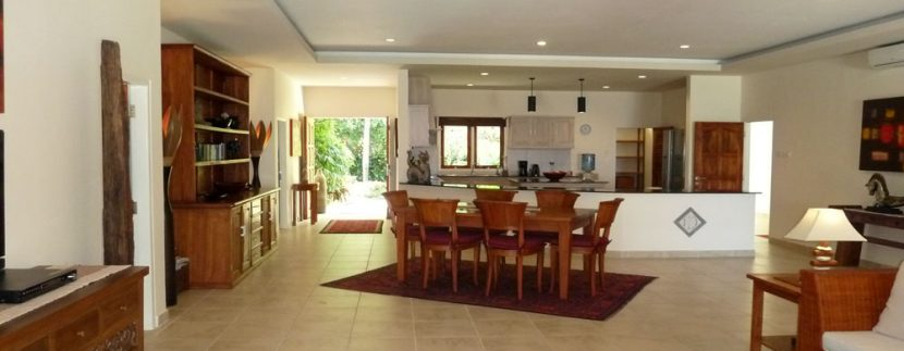 bali-beachfront-villa-for-sale-living