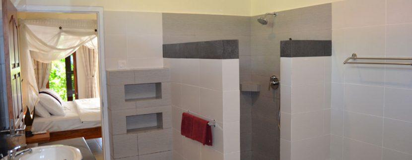bali-beachfront-villa-for-sale-master-bathroom