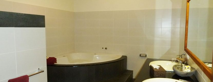 bali-beachfront-villa-for-sale-master-bathtub