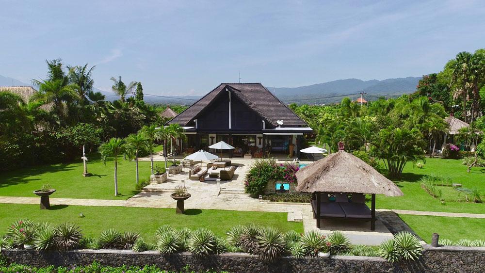 Bali beachfront villas for sale – 4 bedrooms & large garden NW-V018