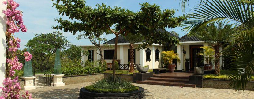 lovina-hillside-villa-for-sale-front-yard-1
