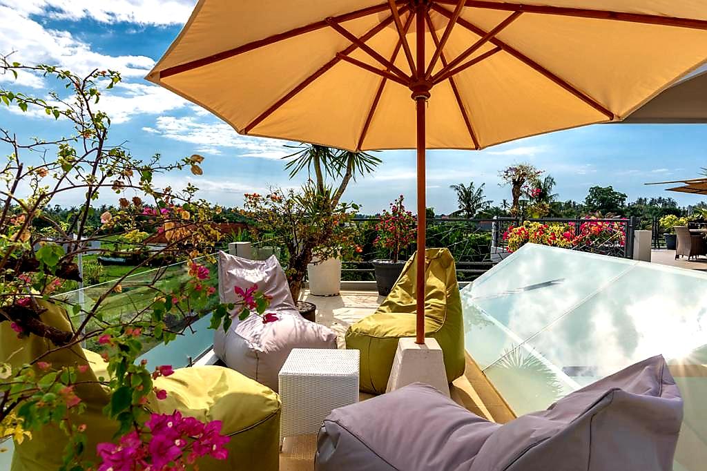 lovina-villa-sale-pool-lounge